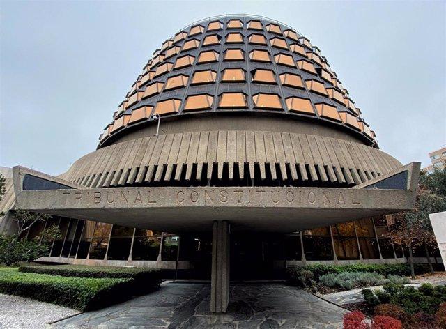 Archivo - Fachada y entrada al edificio del Tribunal Constitucional de España.