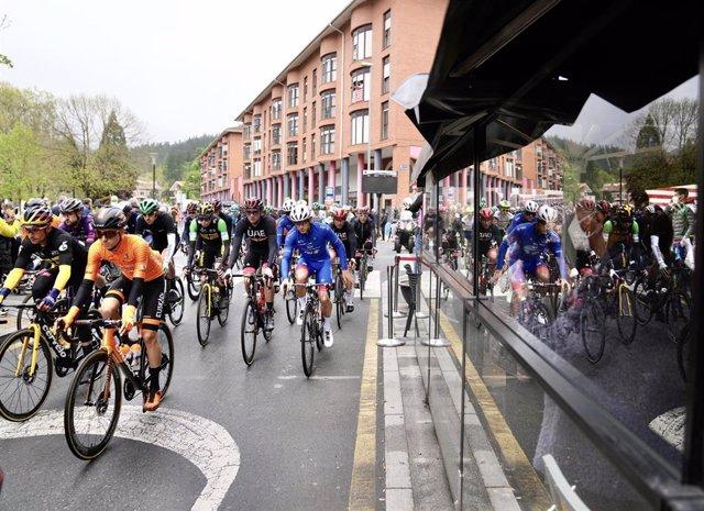 Ciclistas participan en la segunda etapa de la Itzulia 2021, a 6 de abril de 2021, en Zalla, Vizcaya, Euskadi (España).