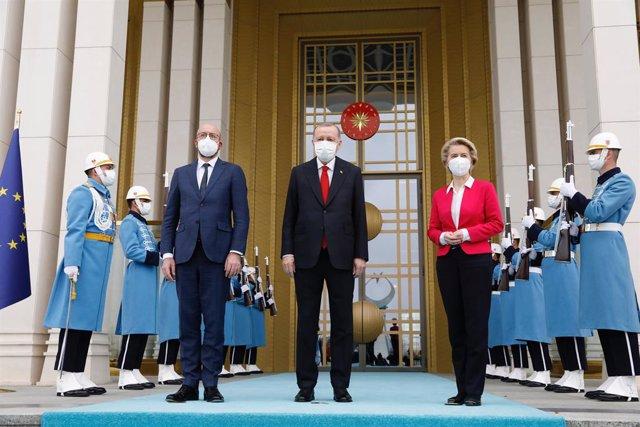 Recep Tayyip Erdogan recibe a Charles Michel y Ursula Von der Leyen