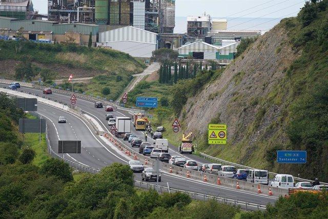 Archivo - Un accidente provoca retenciones en torno a las 16 de la tarde en la autopista entre País Vasco y Cantabria durante el primer día de recuperación de la movilidad entre la Comunidad Autónoma Vasca y la cántabra, tras levantarse en ambas el estado