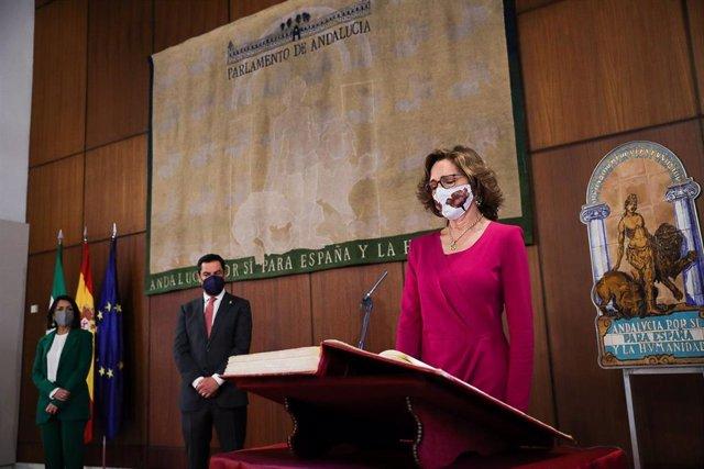 La nueva presidenta de la Cámara de Cuentas, Carmen Núñez, este jueves en su toma de posesión en presencia del presidente de la Junta, Juanma Moreno, y de la presidenta del Parlamento, Marta Bosquet.