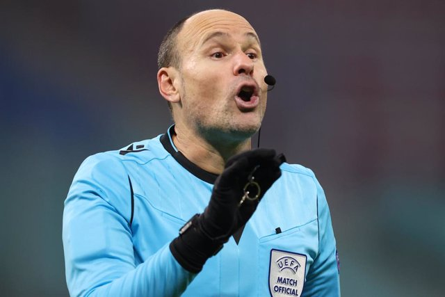 Archivo - 08 December 2020, Saxony, Leipzig: Spanish referee Antonio Mateu Lahoz gestures during the UEFA Champions League group H soccer match between RB Leipzig and Manchester United at Red Bull Arena. Photo: Jan Woitas/dpa-Zentralbild/dpa