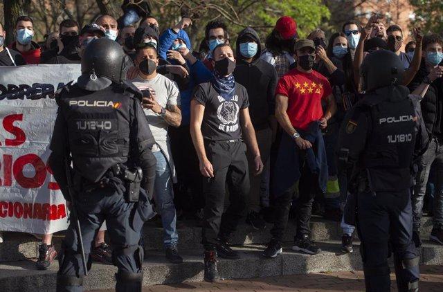 Varias personas participan en la concentración convocada en Vallecas contra el acto político organizado por Vox