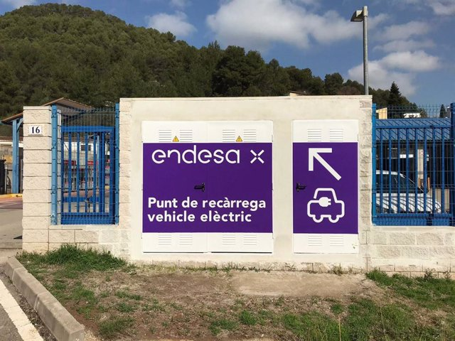 Endesa X instal·la un punt de recàrrega ràpida per a vehicles elèctrics a Vallirana (Barcelona).