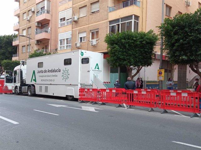 Archivo - La unidad móvil de la Junta realiza cribados en Almería