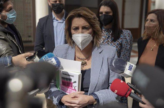 La secretaria general del PSOE-A, Susana Díaz, atiende a los periodistas en una imagen de archivo.