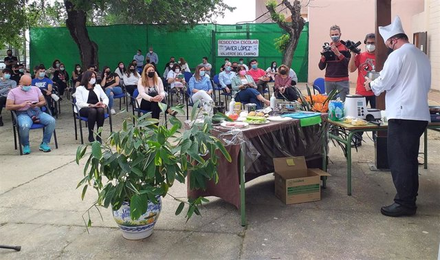 Visita de la delegada de Educación, Estela Villalba, a la residencia escolar de Valverde del Camino.
