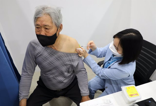01 April 2021, South Korea, Jeju Island: An elderly citizen receives a dose of the Pfizer-BioNTech coronavirus (COVID-19) vaccine at an inoculation centre on the country's southern Jeju Island, as the inoculations for people aged 75 or older began across
