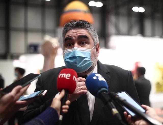 El Ministro de Cultura y Deporte, José Manuel Rodríguez Uribes, ofrece declaraciones a los medios durante la inauguración de la edición especial de la feria 'Estampa'