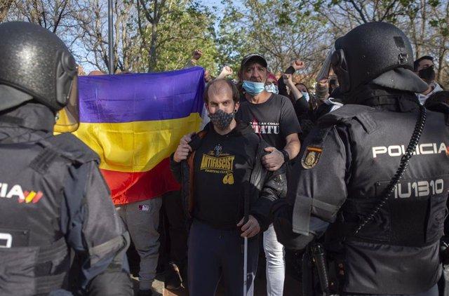 Varias personas participan en la concentración convocada en Vallecas contra Vox en la Plaza de la Constitución de Vallecas.