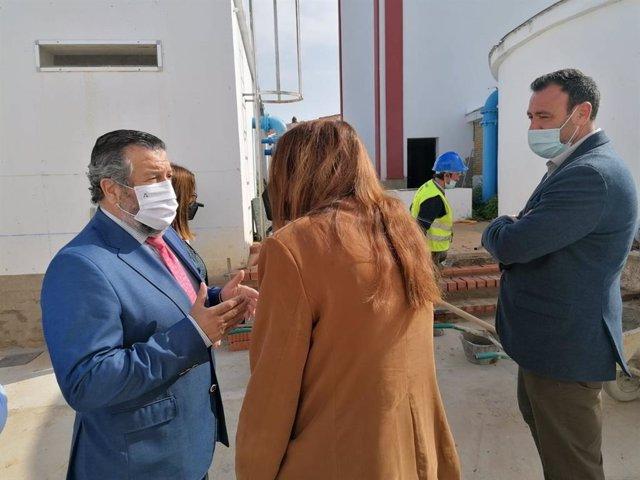El delegado de Regeneración, Justicia y Administración Local en Huelva, Alfredo Martín, en su visita a Chucena (Huelva).