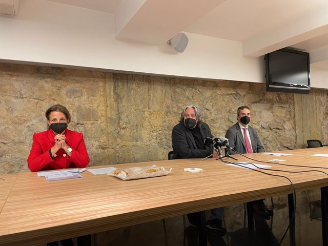 La directora general de Turisme de Barcelona, Marian Muro; el regidor de Turisme de Barcelona, i el president del consorci, Eduard Torres en una roda de premsa sobre la primera promoció presencial postcovid a Rússia.