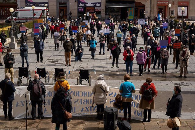 Varias personas en una manifestación en homenaje a los residentes fallecidos por coronavirus en la Plaza de la Diputación de Vitoria, País Vasco (España), a 20 de marzo de 2021.