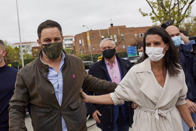 El líder nacional del partido y director de campaña, Santiago Abascal y la candidata de Vox a la Presidencia de Madrid, Rocío Monasterio a su llegada a la Plaza de la Vicalvaro