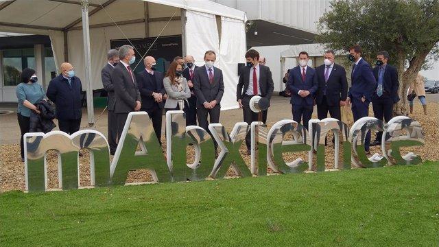 El ministro de Ciencia, Pedro Duque, acompañado por el consejero delegado de Insud Pharma, Lucas Sigman, y el Delegado del Gobierno en Castilla y León, Javier Izquierdo.