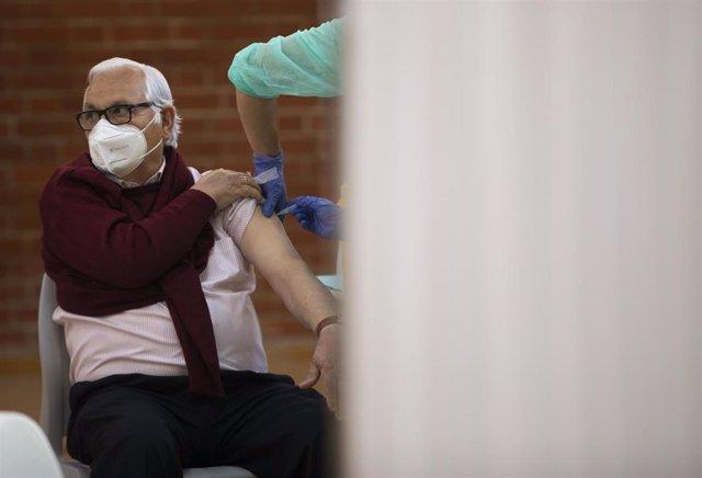 Un hombre recibe la primera dosis de la vacuna contra Covid-19, foto de recurso