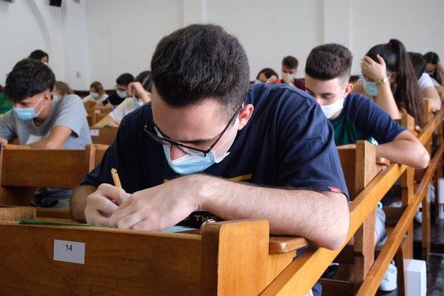 Archivo - Estudiante realiza la prueba de acceso a la Universidad. Imagen de archivo.