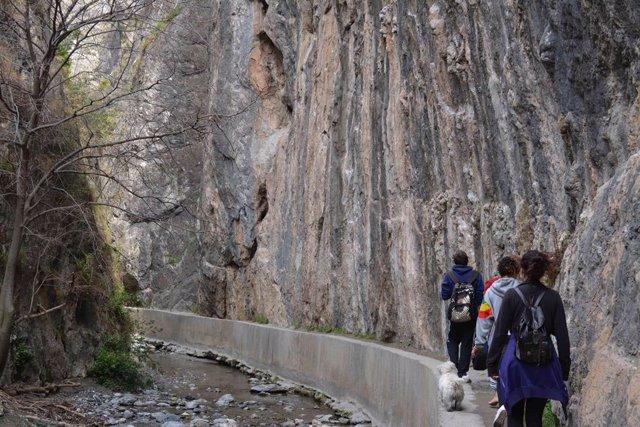Archivo - Turismo activo en Los Cahorros. Imagen de archivo.