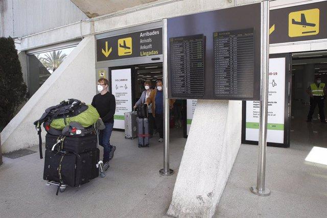 Viajeros internacionales a su llegada al aeropuerto de Palma de Mallorca, Islas Baleares, (España), a 31 de marzo de 2021. Aunque las autoridades gubernamentales alemanas han desaconsejado tanto los viajes nacionales como internacionales debido a la crisi