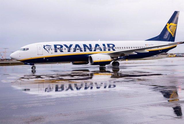 Archivo - Avión de Ryanair