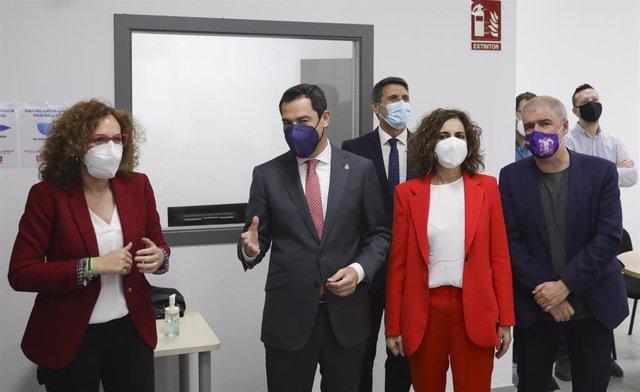 (I-D) el presidente de la Junta, Juanma Moreno (2i); la ministra de Hacienda, María Jesús Montero (2d); el secretario general de CCOO, Unai Sordo (1d); la secretaria general de CCOO-A, Nuria López (1i); durante el acto de inauguración de la nueva sede de