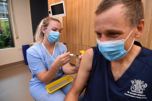 Archivo - Infectious diseases expert Krispin Hajkowicz is being vaccinated during a rollout of the COVID-19 Pfizer vaccine at STARS Metro North Health facility, in Brisbane, Monday, March 1, 2021. Australia has recently began its roll out of the Pfizer co