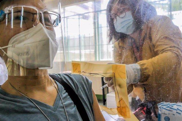 Administración de la vacuna contra la COVID-19 en Filipinas.