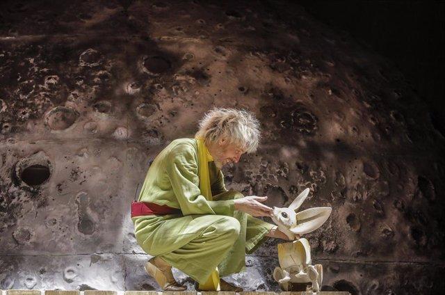 Un dels actors protagonistes, durant l'entrada gràfica de l'obra de Teatre Musical 'Antoine', en el Teatre Olympia, a 8 d'abril de 2021, a València, Comunitat Valenciana (Espanya).