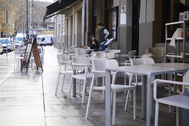Archivo - Terrazas en un bar de Pamplona