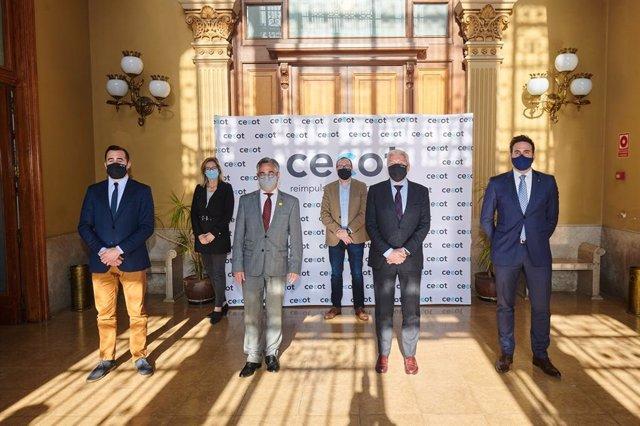 La trobada entre el conseller d'Empresa i Coneixement, Ramon Tremosa, i el president de Cecot, Antoni Abad.