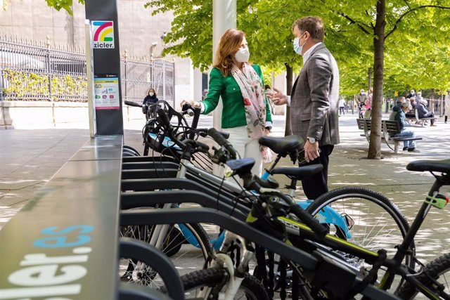 La consejera municipal de Servicios Públicos y Movilidad, Natalia Chueca, y el responsable de Zicler, Francisco Lana, presentan estacionamientos para bicis y patinetes eléctricos cuya instalación, a modo de prueba piloto, se ha autorizado en Zaragoza.