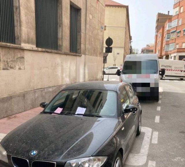Turismo estacionado en un carga y descarga con las notas 'blanca' y 'rosa'