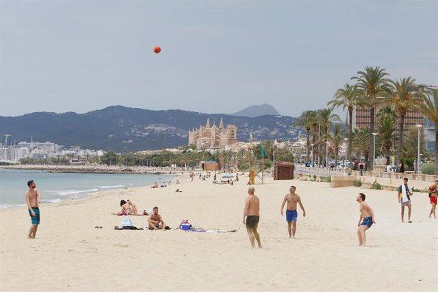 Archivo - Bañistas en una playa de Palma