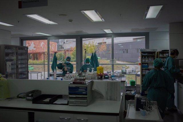 Archivo - Personal sanitario trabaja en un despacho de la Unidad de Cuidados Intensivos –UCI- del Hospital de la Santa Creu i Sant Pau, integrado en la Red Hospitalaria de Utilización Pública de Catalunya, en Barcelona, Catalunya (España), a 6 de noviembr