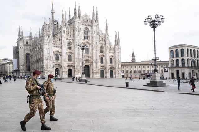 Dos soldados caminan por la Plaza del Duomo, en Milán.