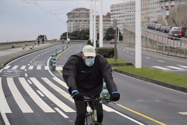 Archivo - Una persona corre en solitario y con mascarilla un día después de la entrada en vigor de la normativa que obliga a los deportistas a hacer deporte al aire libre con mascarilla.