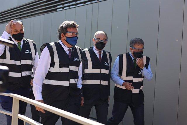 El alcalde de Burgo del Ebro, Vicente Miguel Royo; el ministro de Inclusión,, José Luis Escrivá; el presidente del Gobierno de Aragón, Javier Lambán, y el presidente del Grupo Saica, Ramón Alejandro Balet, visitan la planta de Saica.