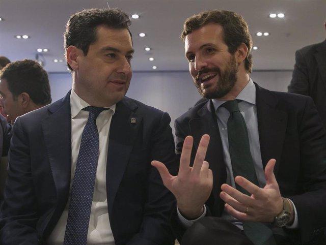 Archivo - El presidente de la Junta de Andalucía, Juanma Moreno (i), junto al presidente nacional del PP, Pablo Casado (d) , en una fotografía de archivo