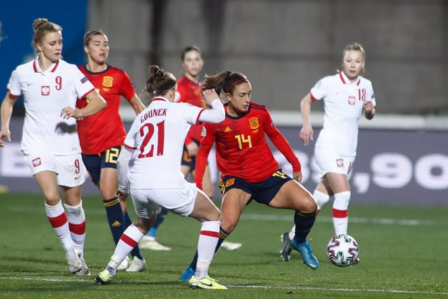 Archivo - Alexia Putellas of Spain and Emilia Zdunek of Poland in action during the UEFA Womens Euro Qualifying Draw, Group D, football match played between Spain and Poland at Ciudad del Futbol on february 23, 2021, in Las Rozas, Madrid, Spain.