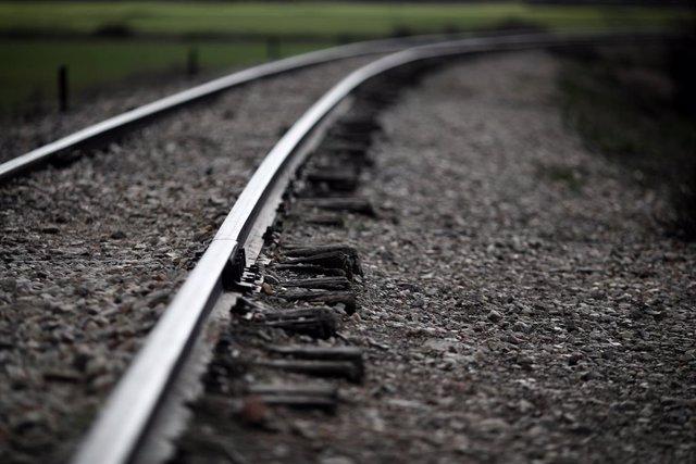 Archivo - Vías de tren durante la presentación de las obras de acondicionamiento del puente ferroviario de La Poveda, sobre el Río Jarama, en Rivas Vaciamadrid, Madrid, (España), a 12 de febrero de 2021. Este acondicionamiento busca facilitar el uso del p