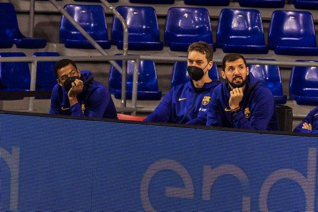 Pau Gasol junto a Nikola Mirotic en el banquillo del Barça