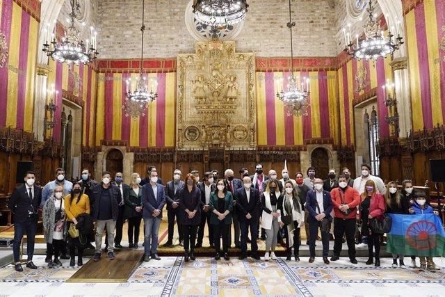 Commemoració del Dia Internacional del Poblo Gitano a l'Ajuntament de Barcelona, a 8 d'abril de 2021.