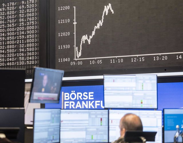Archivo - 04 November 2020, Hessen, Frankfurt: A trader sits in the trading room of the Frankfurt Stock Exchange in front of the Dax curve and monitors which reports the US presidential election. Photo: Frank Rumpenhorst/dpa