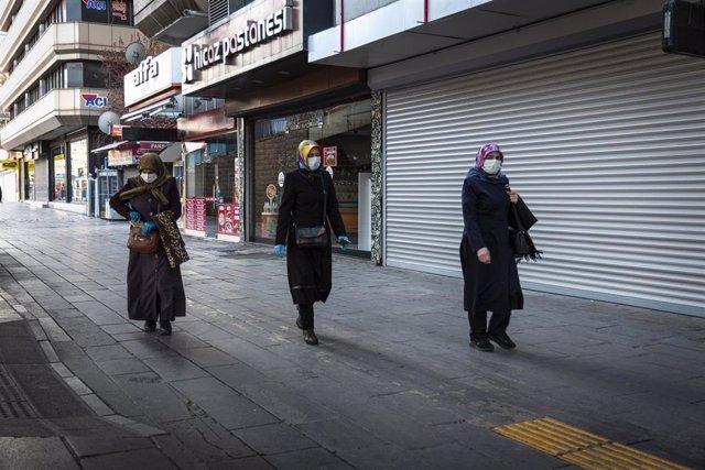 Archivo - Tres mujeres caminan por una calla de Ankara, Turquía