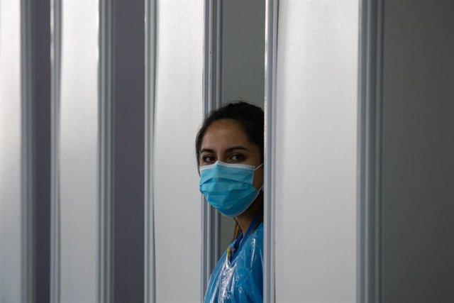 Archivo - Una trabajadora sanitaria en Santiago de Chile.