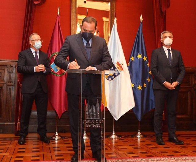 El ministro de Transportes, José Luis Ábalos, y el alcalde de Santiago de Compostela, Xosé Sánchez Bugallo, en la firma del acuerdo en el Ayuntamiento