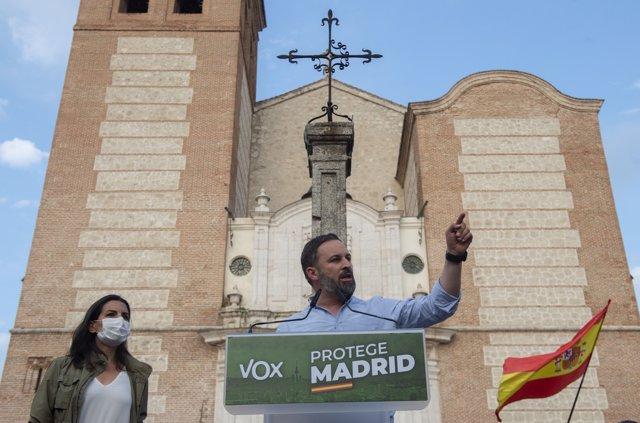 La candidata de Vox a la Presidencia de Madrid, Rocío Monasterio (i), acompañada del líder nacional del partido y director de campaña, Santiago Abascal (d), protagonizan un acto preelectoral, a 8 de abril de 2021, en la Plaza de la Magdalena de Getafe