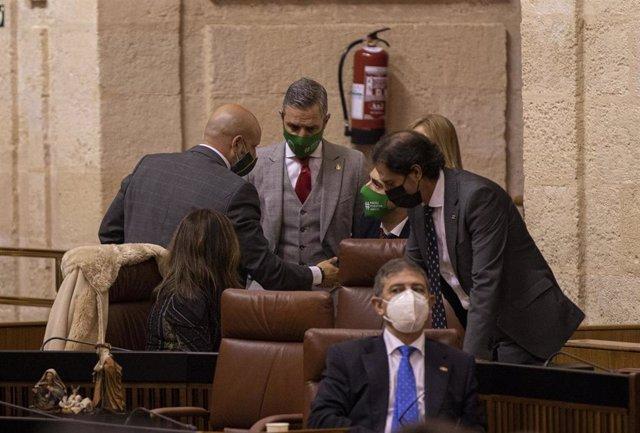 Archivo - El consejero de Hacienda, Juan Bravo, con el diputado de Vox, Rodrigo Alonso, en una imagen de 23 de diciembre de 2020 durante la aprobación del Presupuesto de 2021.