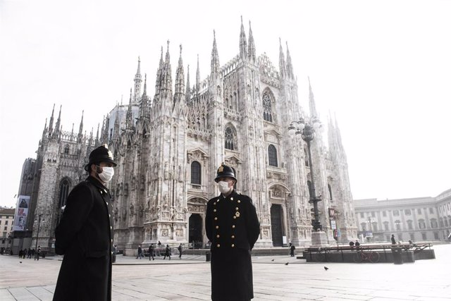 Archivo - Personas con mascarilla en Milán