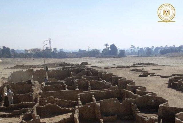 Restos de edificios de la ciudad perdida descubierta al oeste de Luxor
